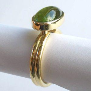 Cabochon peridot set in 18ct gold ring