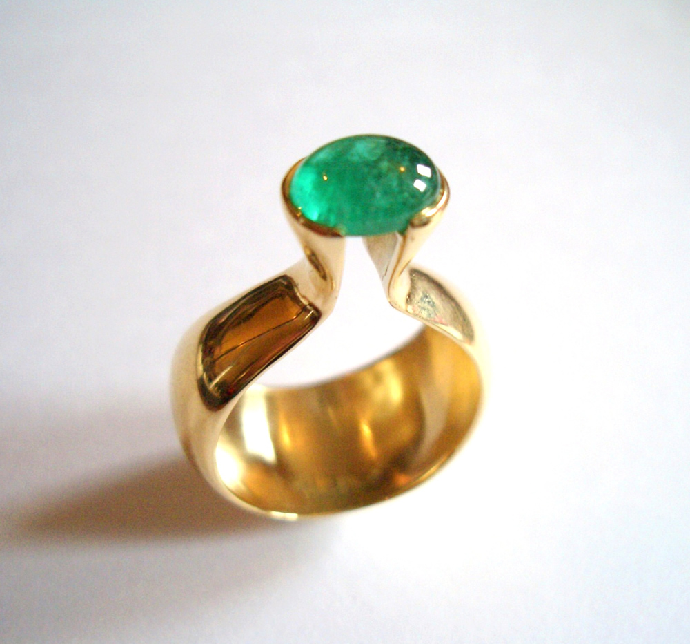 Emerald set in domed style ring 18ct gold