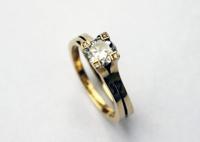 Solitaire diamond double shank style 18ct gold